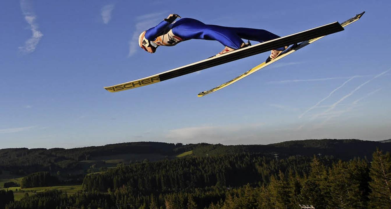 Aben(d)teuer: Skispringen unter Flutlicht hat einen ganz besonderen Reiz.   | Foto: patrick seeger