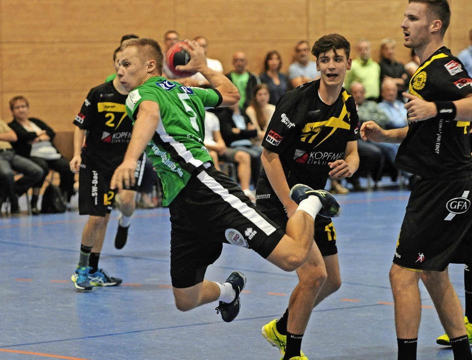 Tim Stocker und seine Handball spielen... echte Bewährungsprobe vor der Brust.     Foto: Pressebüro Schaller