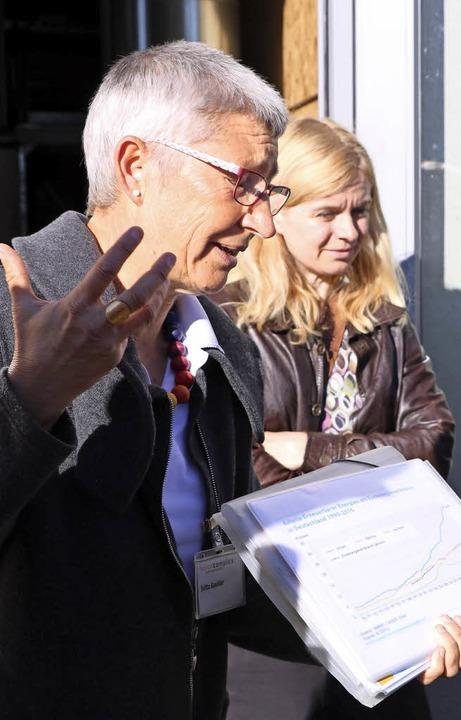 Jutta Gaukler (links) von Solarcomplex... Fakten des Bonndorfer Nahwärmenetzes.    Foto: Martha Weishaar