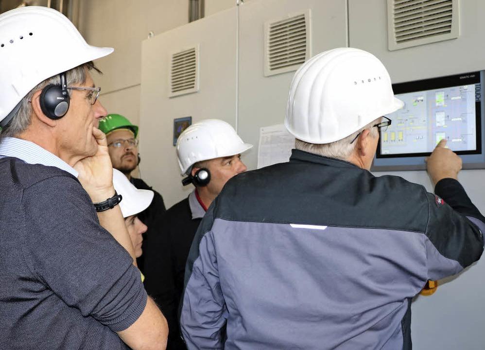 Georg Meier, Projektleiter der Energie... die Anzeige des Blockheizkraftwerkes.    Foto: Martha Weishaar