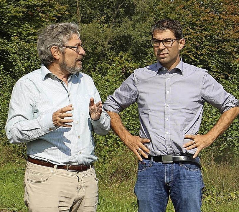 Bernd Seitz (links) vom Regierungspräs...ekretär  Andre Baumann Erläuterungen.   | Foto: Privat