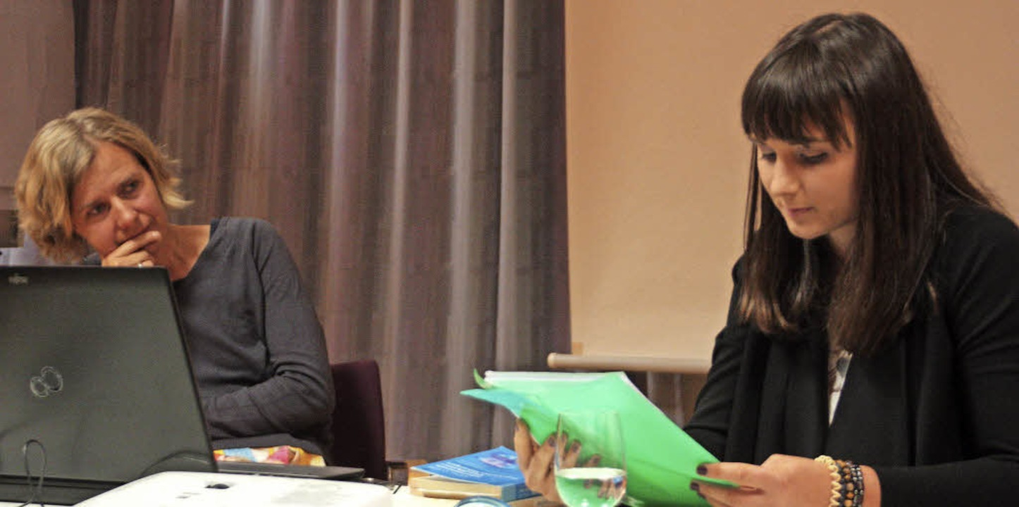 Nicole Knörr (rechts) bei ihrer Lesung...Expertin für Essstörungen Sylke Aust.   | Foto: Jörn Kerckhoff