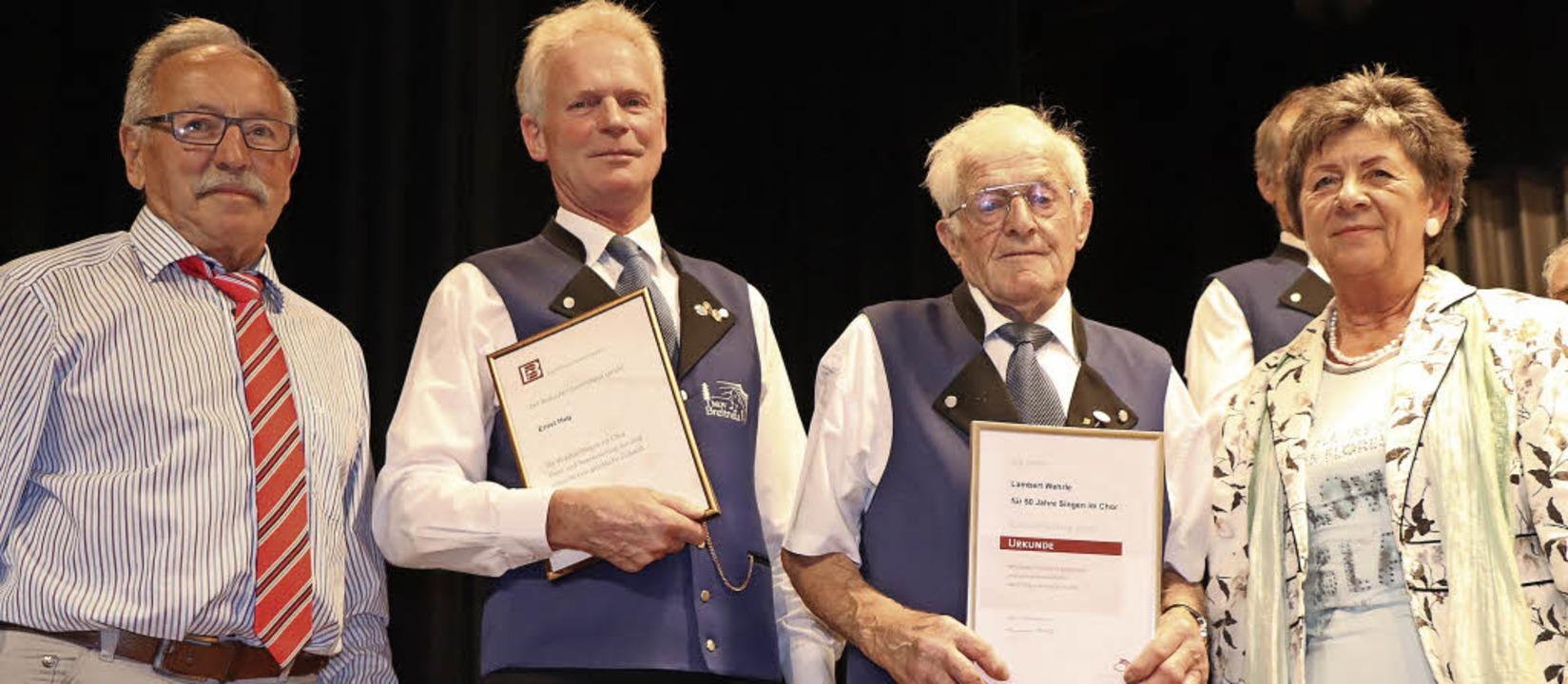 Josef Knöpfle (links) und Beate Endres...singt seit 50 Jahren im ersten Tenor.   | Foto: Dieter Maurer