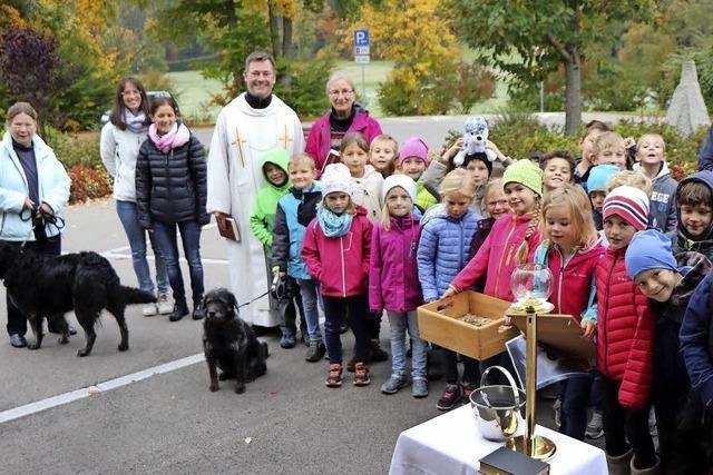 Grundschüler kommen zu tierischem Gottesdienst