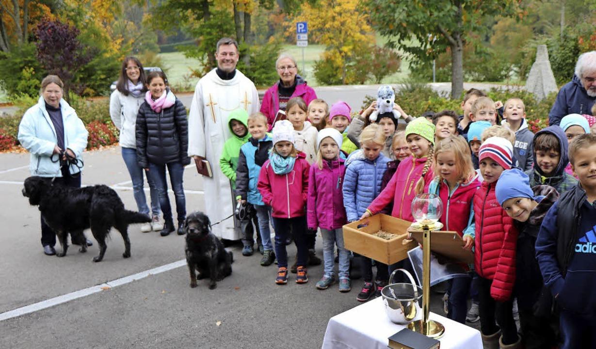 Rund 40 Schüler der Klassen 1 und 2 de...ma-Schule bei der ersten Tiersegnung.   | Foto: Dieter Maurer