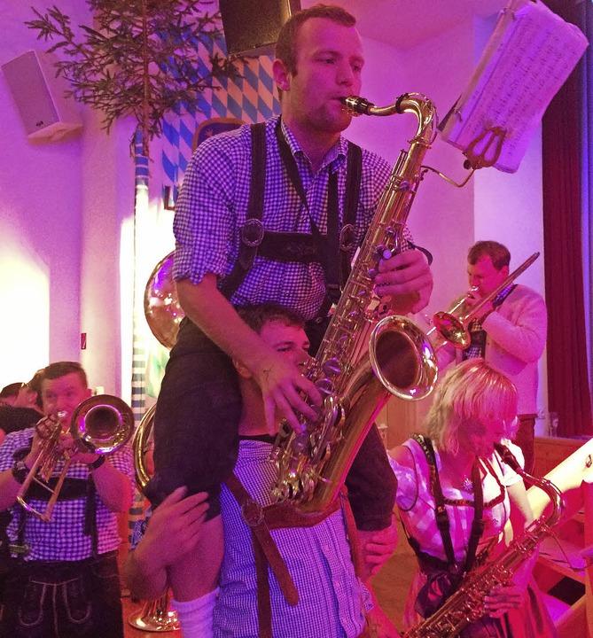 Akrobatisches Saxophonspiel.    Foto: Inken Kramer