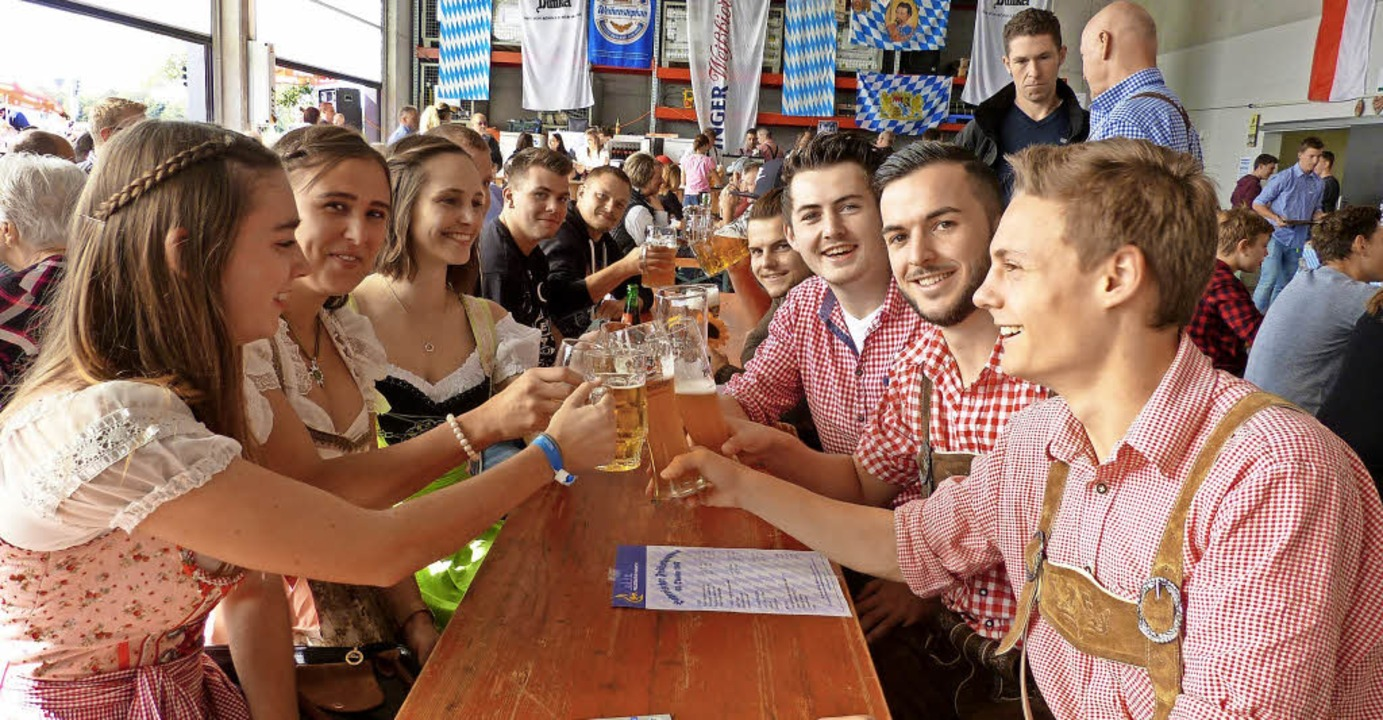 Dirndl, Lederhosen und Bier –  d...er viele Gäste ins Gerätehaus lockte.   | Foto: claudia bachmann-goronzy