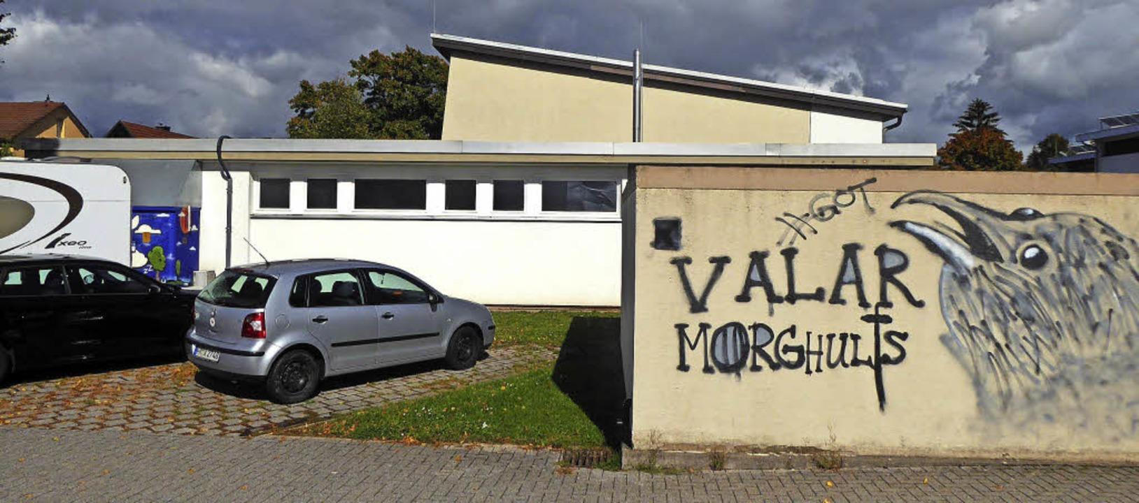 Diese Fläche vor der Buchheimer Festha...ssen soll. Dessen Außenwand kommt weg.  | Foto: Frietsch