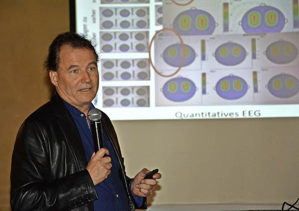 Professor Thomas Loew erklärt das Ausbildungskonzept.     Foto: Ruda