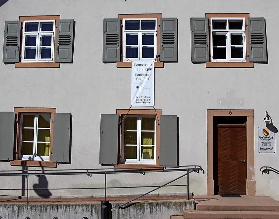 Ein Plakat am Fischinger Rathaus zeigt...r Bund die Sanierung bezuschusst hat.   | Foto: cre