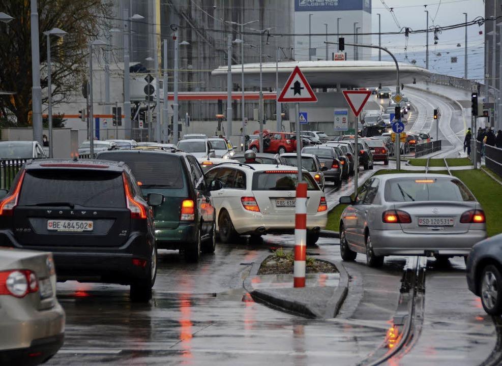 Verkehrschaos vor der Grenze    Foto: Hannes Lauber