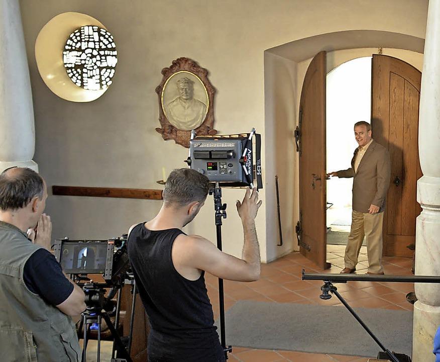 Eine Szene für den Film über Pater Jor... Relief des Ordensgründers zu sehen.    | Foto: Scheuble