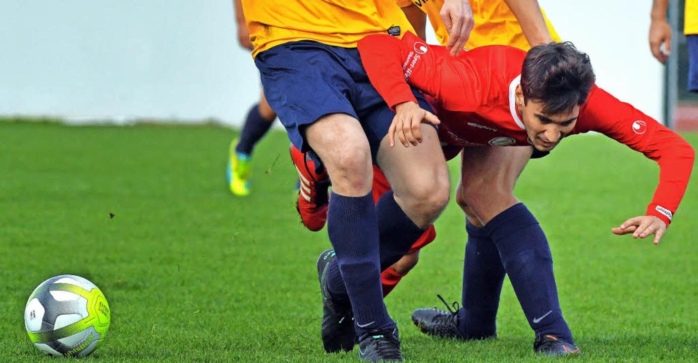 Florian Isele in der Zange – der FC Löffingen gewann dennoch.   | Foto: W. Scheu