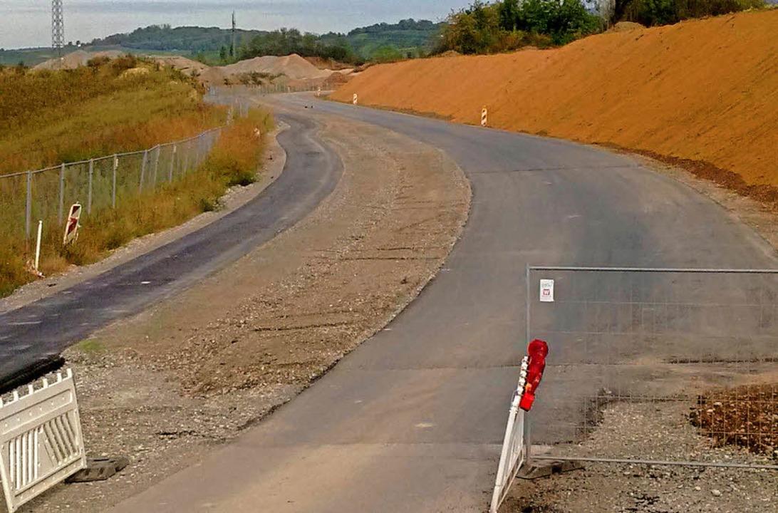 Entlang der Straße verläuft ein Geh- und Radweg (links).   | Foto: zvg
