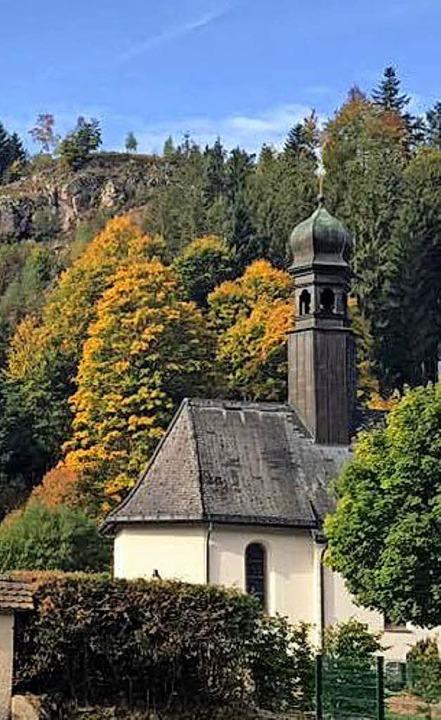Die Friedhofskapelle in St. Blasien wi...er mehr sich färbenden Bäumen umrahmt.    Foto: Vlatka Kadic