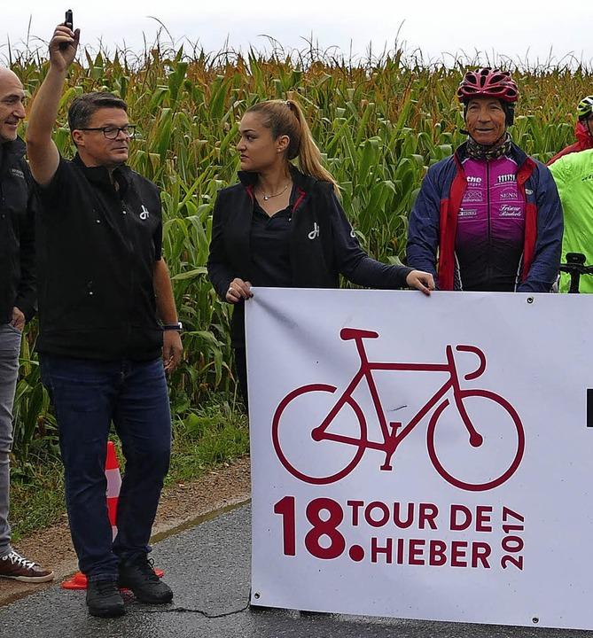 Karsten Pabst (links) gab  den Startschuss zur Tour de Hieber.     Foto: SENF