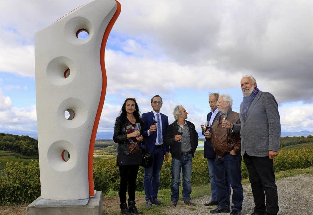 Nach der Enthüllung der Skulptur stieß...rer (von links) auf das Kunstwerk an.   | Foto: Rinklin