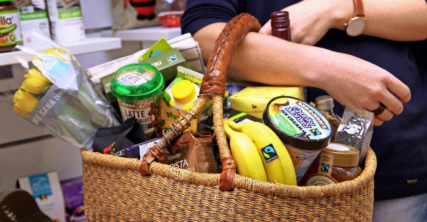 Fair gehandelte Produkte aus anderen L...usgewiesen durch entsprechende Logos.   | Foto: dpa