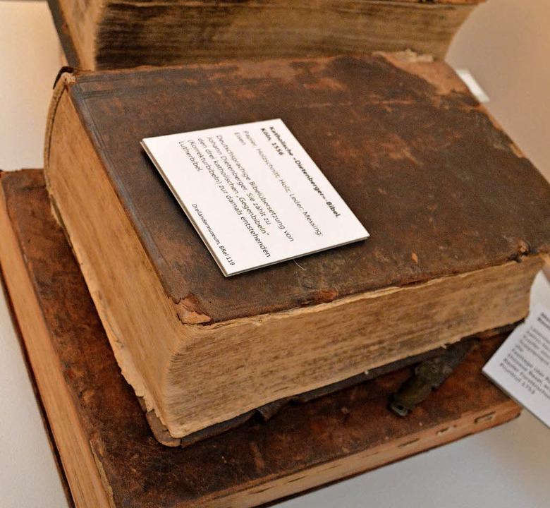 Wertvolle Bücher, teilweise aus Privat...reichern die Reformationsausstellung.   | Foto: Barbara Ruda