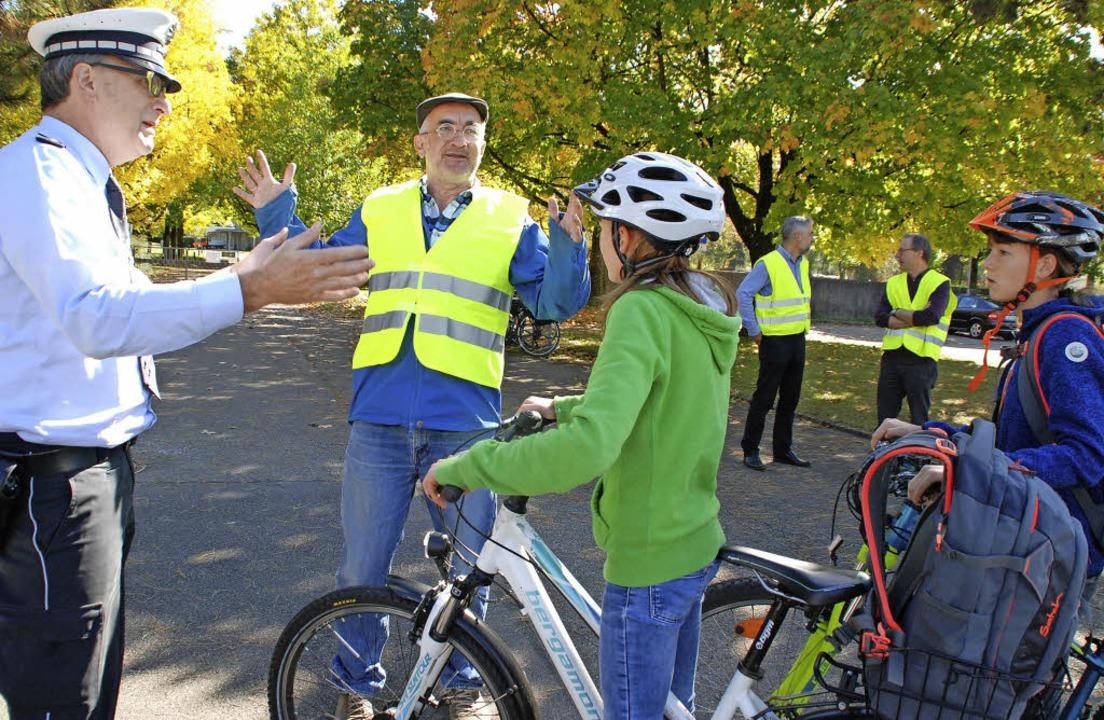 Polizei und IG Velo erklären Kindern u...tetes Fahrrad für die Sicherheit ist.   | Foto: Maja Tolsdorf