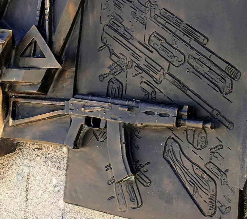 Die Skizze des deutschen StG 44 hinter dem Kalaschnikow-Gewehr   | Foto: dpa