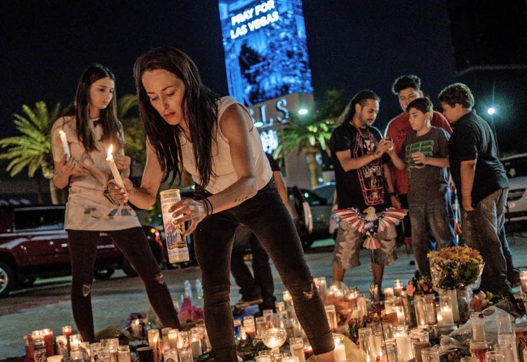 Menschen trauern in Las Vegas um die Todesopfer.     Foto: DPA