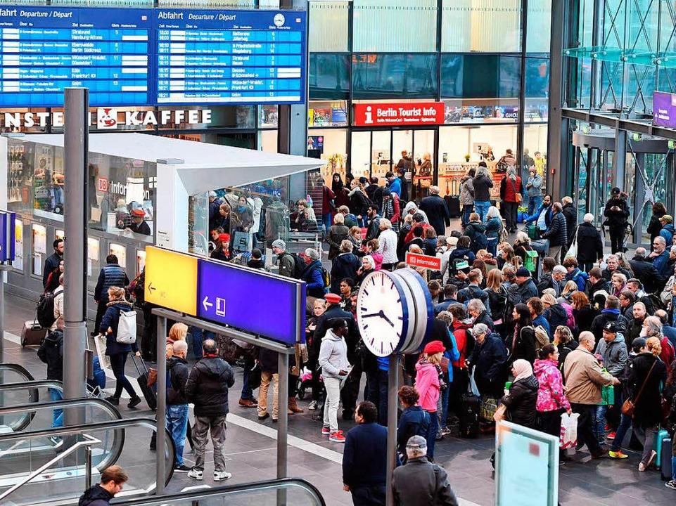 Bahnreise warten im Hauptbahnhof in Berlin auf Informationen.  | Foto: dpa