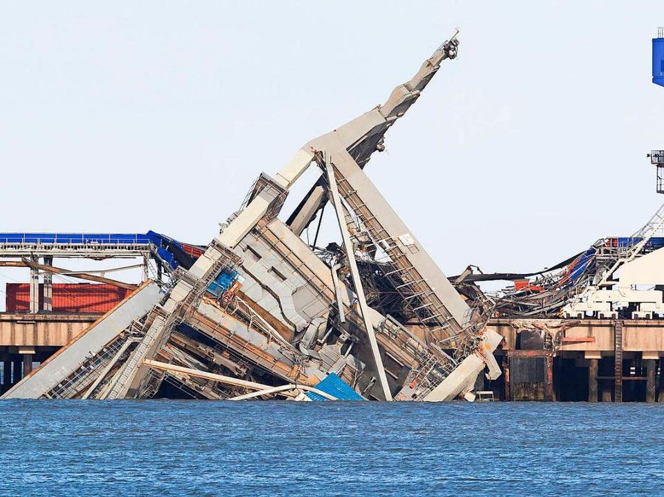 Ein Kran ist in Wilhelmshaven aufgrund des Sturms am Hafen ins Wasser gestürzt.  | Foto: dpa