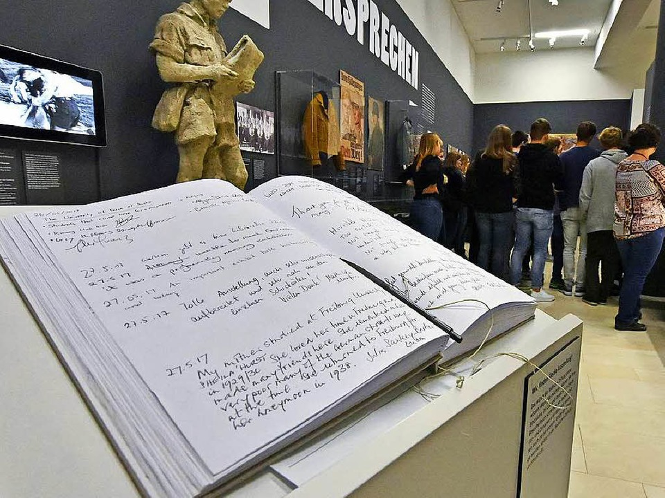 Die Besucher verteilten Lob und Kritik im Gästebuch.   | Foto: Michael Bamberger