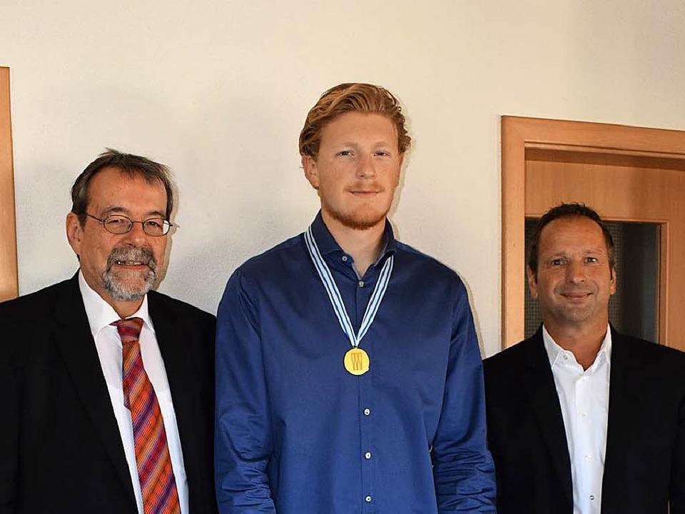 Ruderweltmeister Jakob Schneider (Mitt... und seinem Sponsor Jürgen Mattmüller.  | Foto: Cecile Buchholz