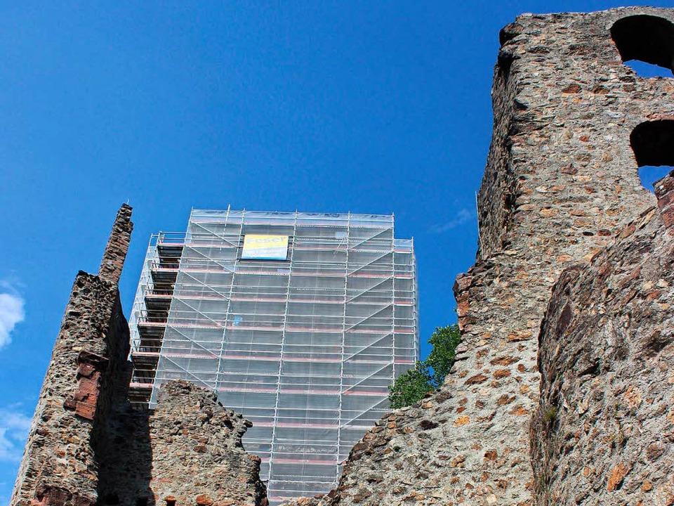 Offenbar sind die Täter wieder am Gerüst auf dem Burgturm geklettert.  | Foto: Bernd Fackler