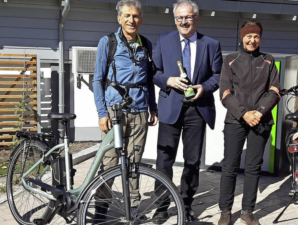 In Häusern freut sich Bürgermeister Th...ahtesel und auch drei E-Bikes bereit.   | Foto: Rathaus/Sebastian Barthmes