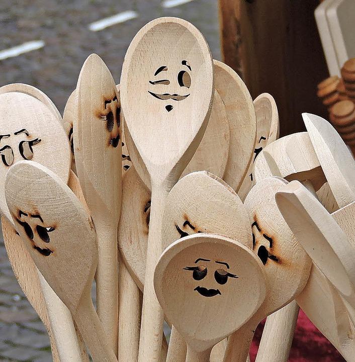 Gute Laune verströmen die Holzrührlöff...auch Brettchen und Schüsseln aus Holz.  | Foto: Katharina Timm