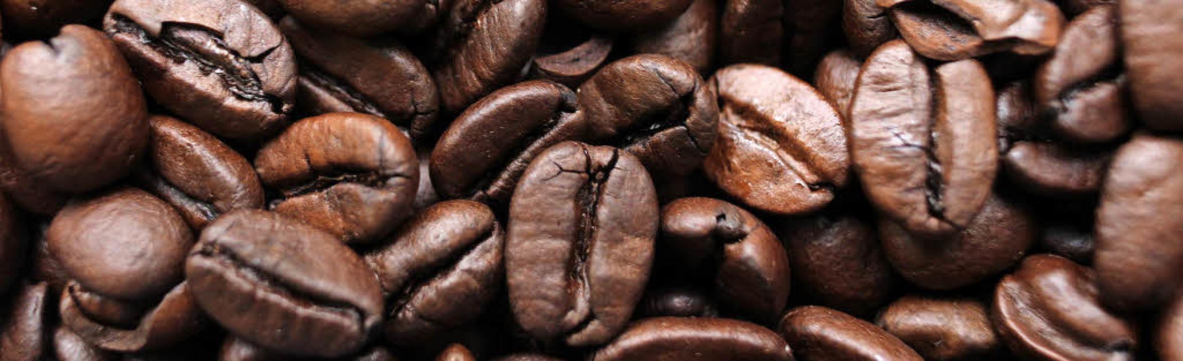 Die Kaffeebohnen aus Tansania werden i... in den bis zu 230 Grad heißen Röster.  | Foto: DPA