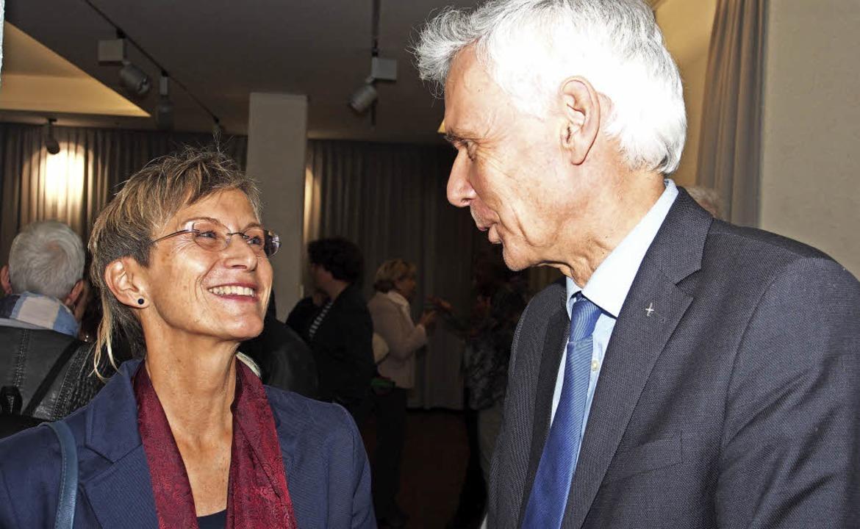 Dekanin Bärbel Schäfer und Bischof Jochen Cornelius-Bundschuh in der Ausstellung    Foto: Boris Burkhardt