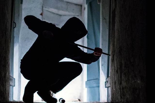 Gesuchter Einbrecher springt aus Fenster im dritten Obergeschoss