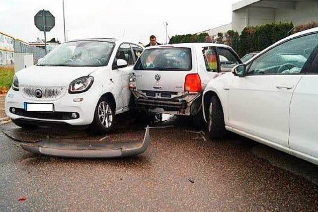 Unfall mit drei Autos und vier Verletzten – Polizei zeigt Gaffer an