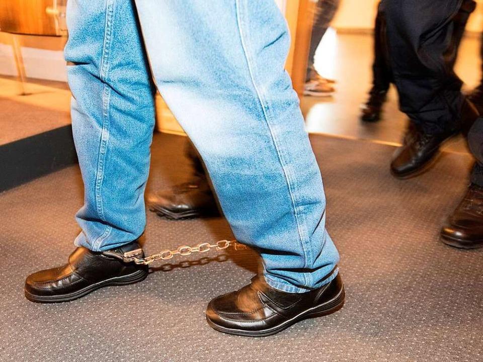An den Füßen gefesselt wurde Hussein K...saal im Landgericht Freiburg gebracht.  | Foto: dpa