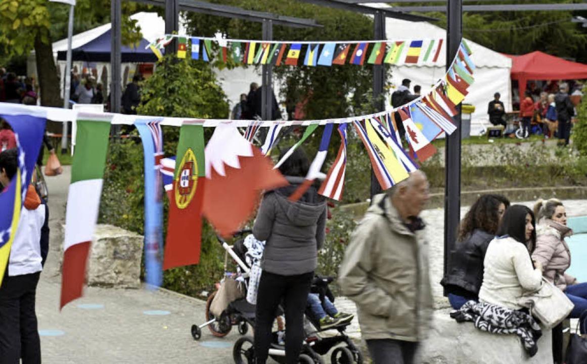 Die vielen bunten Landesflaggen waren ein Symbol für Weingartens Vielfalt.  | Foto: Thomas Kunz