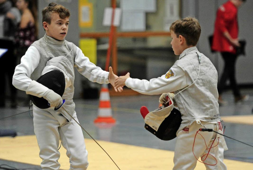 Ein schönes Ritual:  der Handschlag na...t dem   Lahrer Mika Sarutzki (links).     Foto:  Büro Schaller