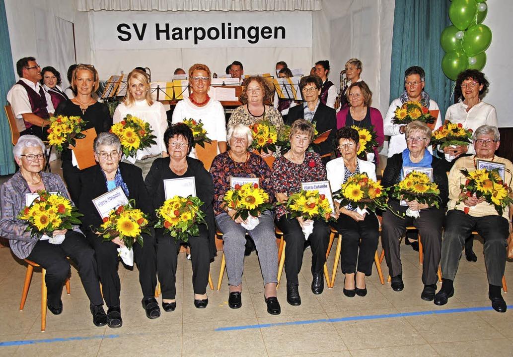Mit der Ehrenmitgliedschaft wurden (vo...a Buhl und Irene Klaußner (40 Jahre).   | Foto: Hans-Walter Mark