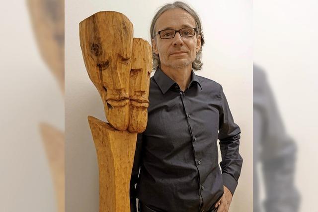 Menschliches in Holz geschnitzt