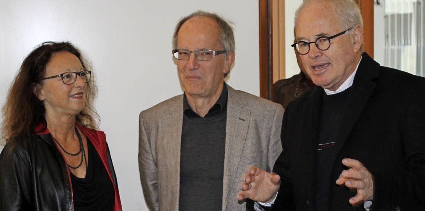 Alfred Klassen (rechts), Pfarrer der e...eitung und Gestaltung der Ausstellung.  | Foto: Rolf Reißmann