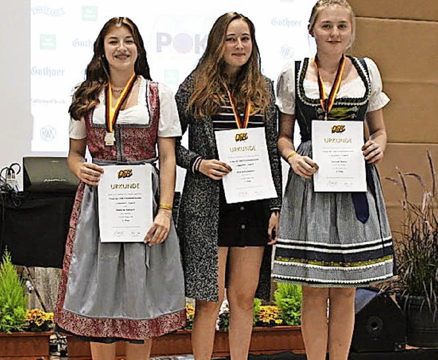 Siegerehrung mit zwei Heitersheimerinn...), daneben Siegerin  Kim Schladebach.   | Foto: privat