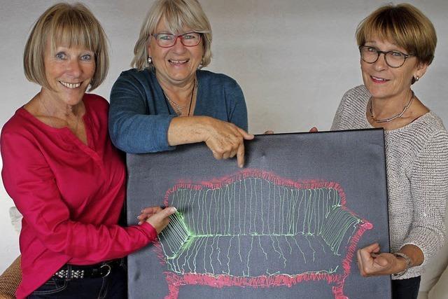 Drei Frauen bringen Menschen zusammen