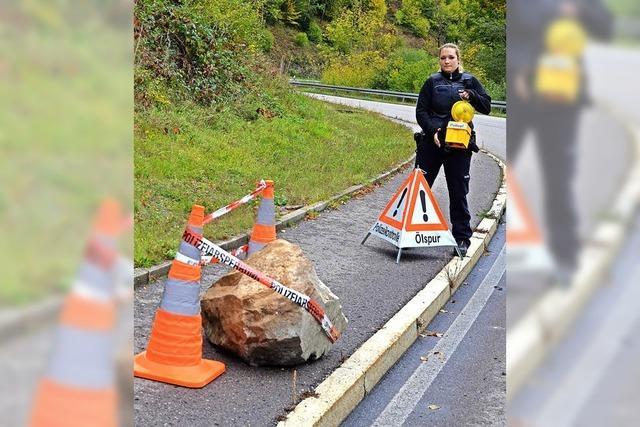 Felsen stürzt auf Radweg