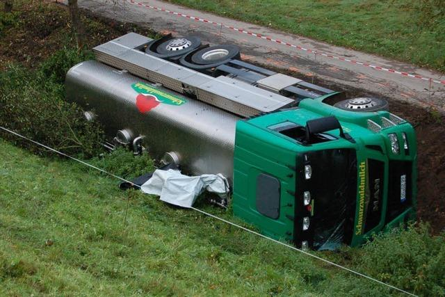 Milchtransporter kippt in den Föhrenbach, Fahrer verletzt