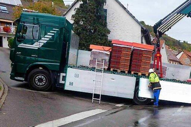 Laster bleibt in Ortsdurchfahrt von Wasenweiler stecken