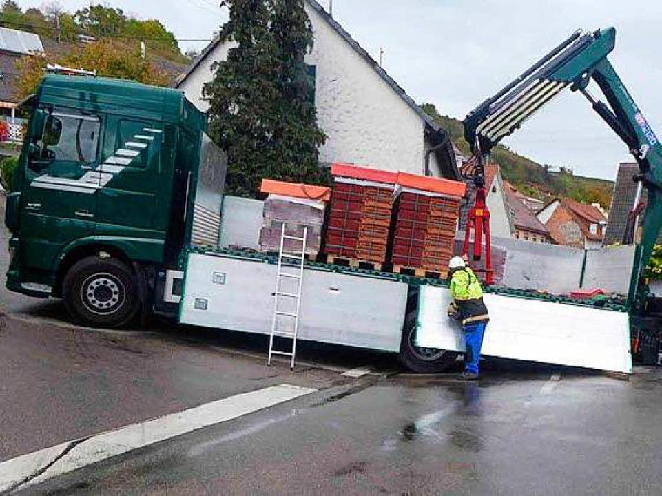 Der Fahrer schätzte Kurve und Steiigun...nd blockiert stundenlang den Verkehr.     Foto: Polizei