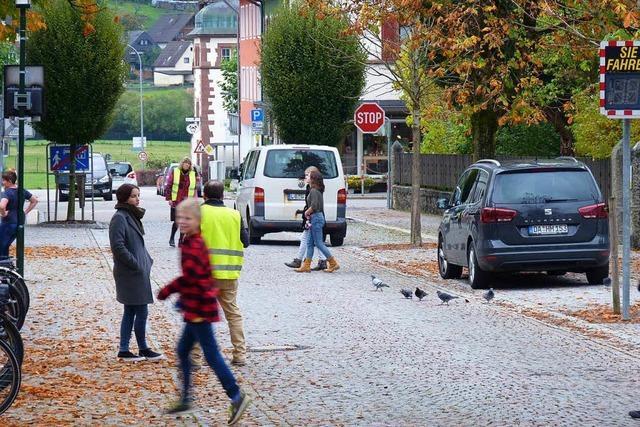 Schüler und Autos müssen sich Pausenhof in Schönau teilen